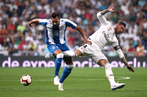 Derriban a Sergio Ramos en un partido de La Liga.