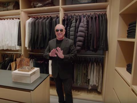Tiene chaquetas negras en muchas telas diferentes.