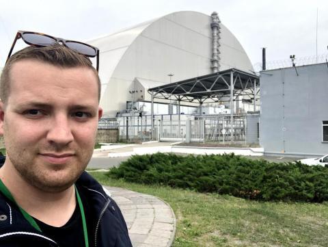 Zwick frente al reactor dañado con el lector de radiación alrededor del cuello.