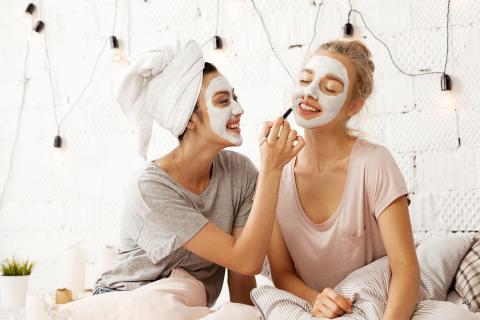 Dos chicas haciéndose un tratamiento facial