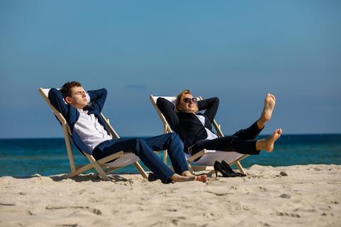 Ejecutivos descansan en la playa