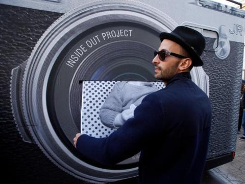 """JR saca una impresión como parte de su proyecto """"Inside Out"""" para convertir la plaza del Museo de Arte Moderno """"Palais de Tokyo"""" en una gigantesca galería de retratos."""