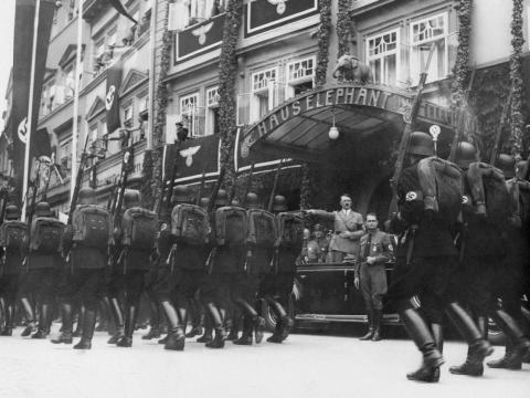 Las tropas nazis de las SS desfilan en 1936.