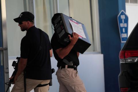 El FBI incauta un ordenador tras una redada en Puerto Rico en 2017.