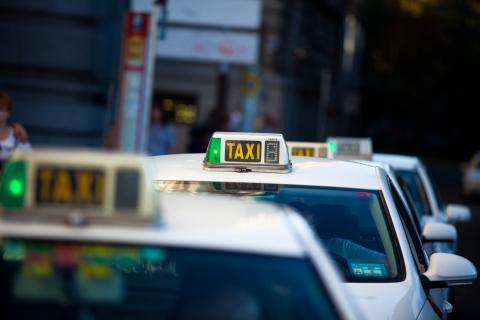 Fila de taxis en Madrid