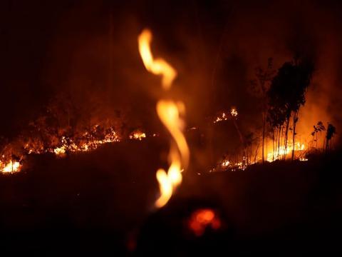Un incendio en una carretera de la ciudad de Porto Velho, en el estado brasileño de Rondonia, parte del Amazonas.