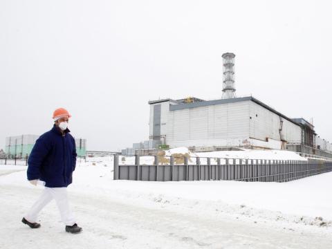 Un turista camina frente al cuarto reactor dañado en la central nuclear de Chernobyl el 24 de febrero de 2011.