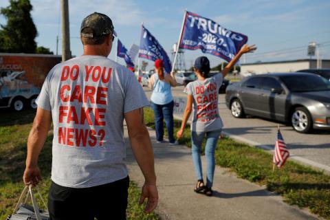 Un grupo de seguidores de Donald Trump con camisetas alusivas a las fake news