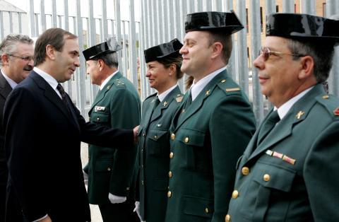 Guardias civiles con tricornio saludan al exministro de Interior, José Antonio Alonso, en un acto en 2006.