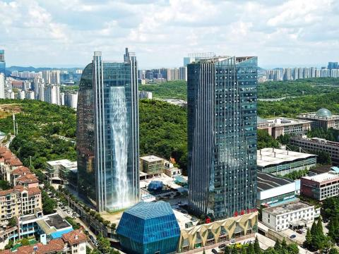 El edificio Internacional Liebian (izquierda) en Guiyang, en la provincia suroccidental china de Guizhou.