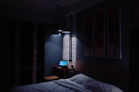 Dormir con luz artificial puede hacerte engordar.
