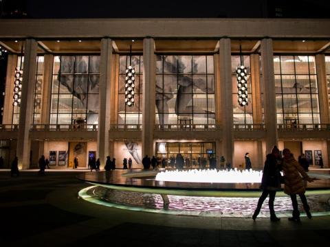Parte de la gran instalación del artista nacido en Francia JR se ve en las ventanas del Teatro David H. Koch en el Lincoln Center en 2014.