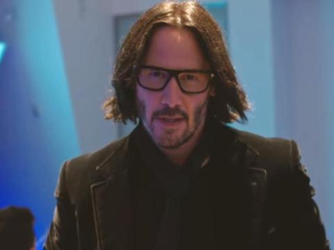 """Keanu Reeves interpretó una versión mejorada de sí mismo en la película de Netflix """"Quizás para siempre""""."""