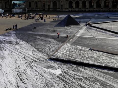 El patio del Museo del Louvre con el collage de JR en 2019.