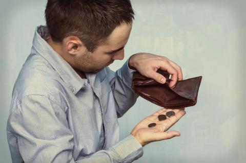 Hombre con cartera vacía