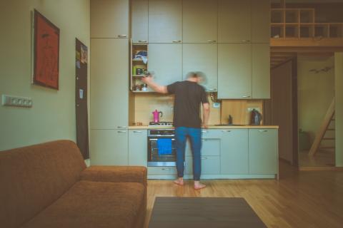 hombre en la cocina, cocinando