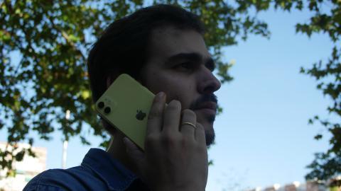 Un hombre llamando por teléfono con el iPhone 11