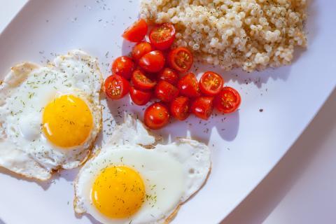 huevos fritos, desayuno, plato con comida