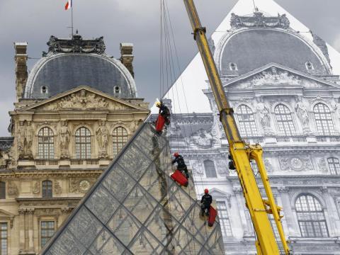 Instalación de arte de JR en las obras del Louvre.