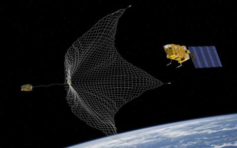 Una ilustración del sistema e.Deorbit para capturar y eliminar satélites antiguos de la órbita.