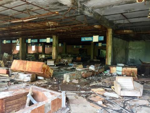 Un edificio abandonado dentro de la zona de exclusión.