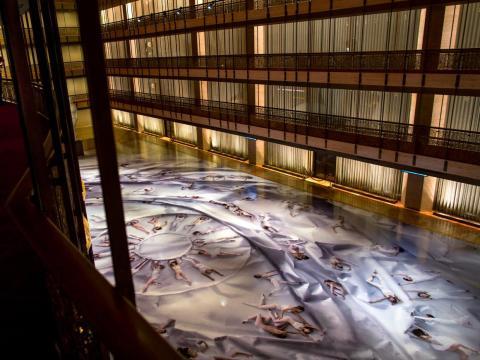 Los clientes del Ballet de la ciudad de Nueva York, a la izquierda, observan una fotografía masiva sobre pisos de linóleo en el Lincoln Center en 2014.
