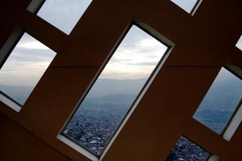 Desde el interior de la biblioteca, en el barrio de Santo Domingo Savio, la vista de toda la ciudad de Medellín es impactante.