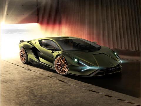 Pero está equipado con un motor eléctrico de 48 voltios con 34 caballos. Esto, combinado con el motor V12 de 785 caballos, permite al coche un alcance de 819 caballos.