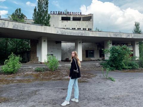Czub frente a un edificio abandonado en Pripyat.