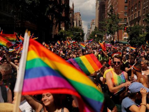 Los manifestantes caminan por la 5ª Avenida mientras participan en el 50º Desfile de Orgullo LGBTQ 2019 World Pride NYC y Stonewall en Nueva York.
