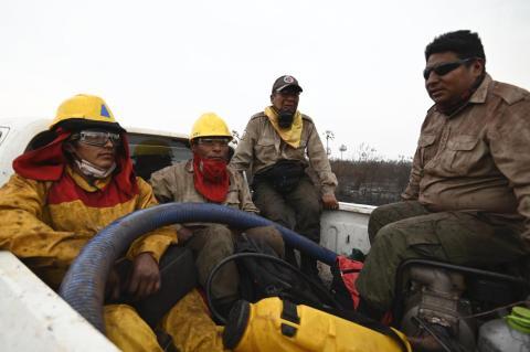 Soldados ayudando a los bomberos.