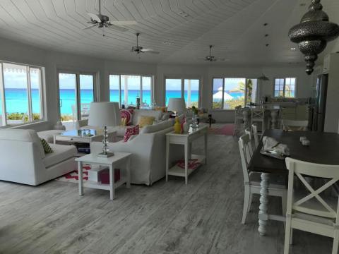 El interior de una casa de Deltec en las Bahamas.