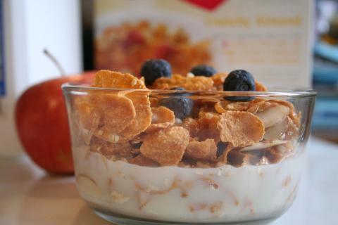 Luego pasa al desayuno, que normalmente contiene cereales y frutas.
