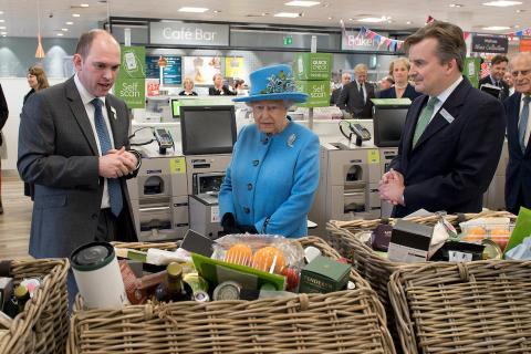 lo que a Su Majestad la Reina le gusta comer y beber en cada comida principal, y entre ellas.