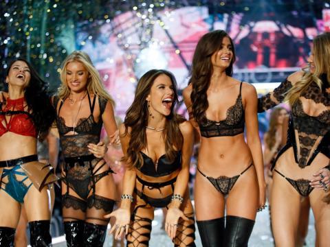 La marca de lencería es conocida por su desfile de moda anual Victoria's Secret, que incluye supermodelos con escasa ropa interior..