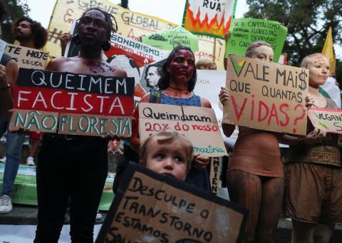 Protestantes en la Marcha por el Clima que está teniendo lugar en Río de Janeiro