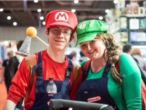 Los cosplayers de Super Mario Bros en MCM London Comic Con (2016).