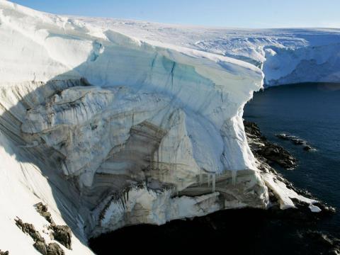 Desprendimiento de hielo en un acantilado en Landsend, en la costa de Cape Denison en la Antártica, en enero de 2010.