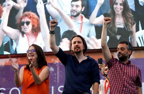 Mónica Oltra, de Compromís, con Pablo Iglesias, líder de Podemos.