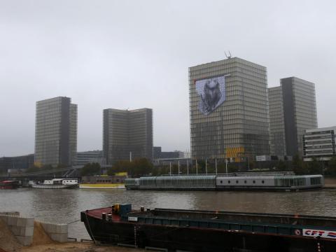 Un retrato gigante al revés hecho de tiras de papel cubre la fachada de la torre de la Biblioteca Nacional de Francia en 2013.
