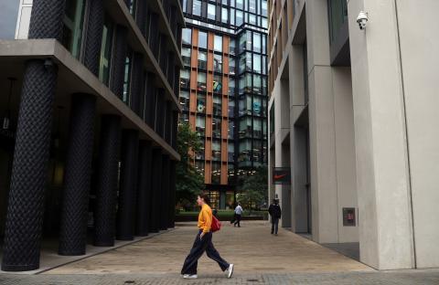 Una mujer camina ante las cámaras de seguridad del área de King's Cross