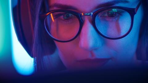 Una chica con gafas jugando a videojuegos
