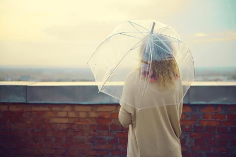 Mujer con un paraguas transparente