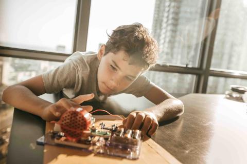 Un niño construye un robot.