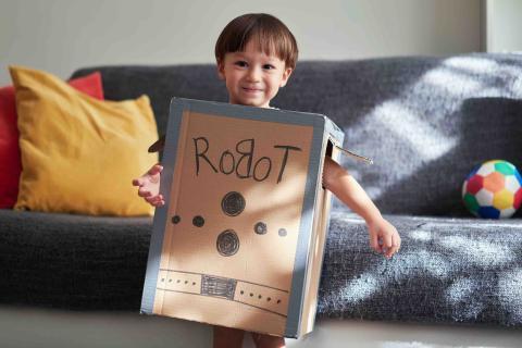 Un niño juega a ser robot.