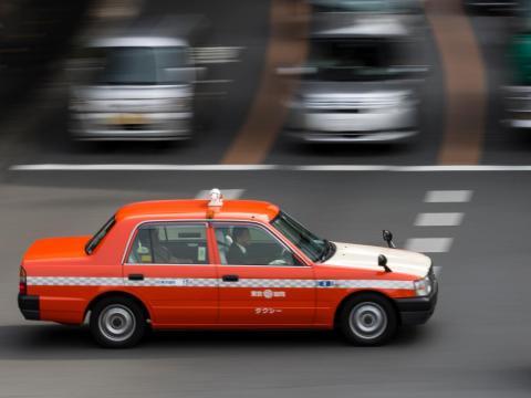 Una taxi viaja por una de las calles de Tokio