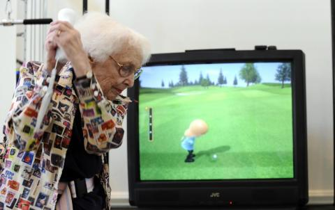 Una mujer juega con una Nintendo Wii en 2008.