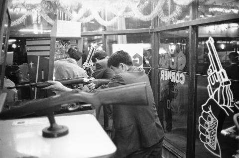 Los jóvenes japoneses apuestan por las máquinas de pinball y las pistolas de juguete de fabricación estadounidense en las numerosas galerías de tiro a lo largo de las calles de Tokio en mayo de 1964.