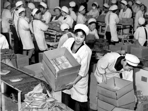 Una chica de la fábrica sostiene una caja de'Chicken Ramen', el primer fideo instantáneo de la historia, en una fábrica de Nisshin Shokuhin en la década de 1960, Japón.