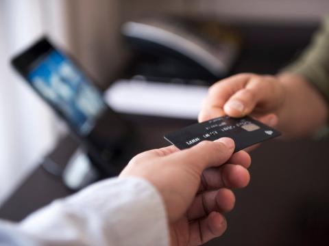 No están comprando cosas con su tarjeta de crédito por las que no pueden pagar